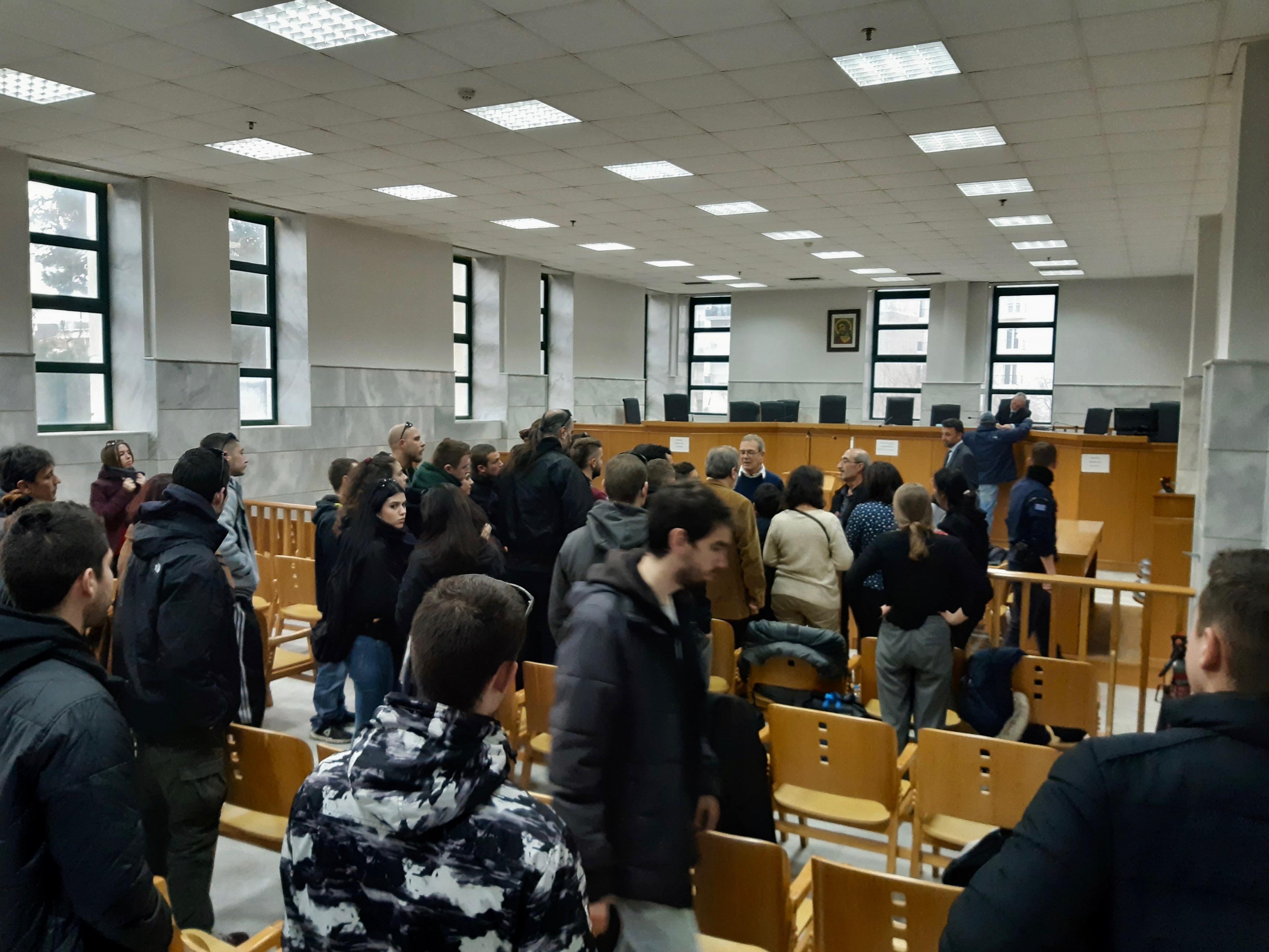 Zahlreiche Menschen waren zur Prozessbegleitung erschienen.