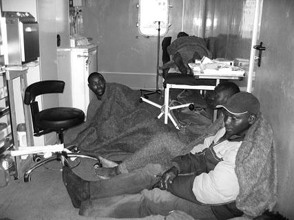 Mehrere Patienten müssen im Bord-Hospital versorgt werden.