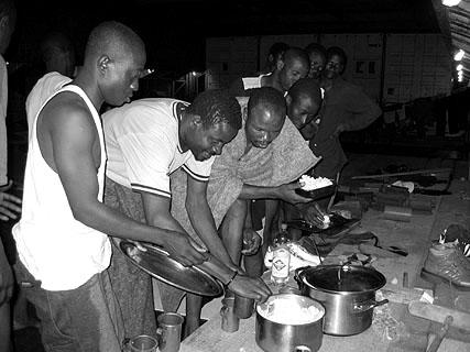 Erste warme Mahlzeit im Laderaum der