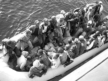 Das Schlauchboot wird längsseits genommen. Die 37 Männer bitten um Hilfe und Trinkwasser.