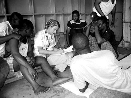 Bordkrankenschwester Birgit Geiger versucht in Befragungen, Einzelheiten über die Herkunft der Geretteten zu erfahren.