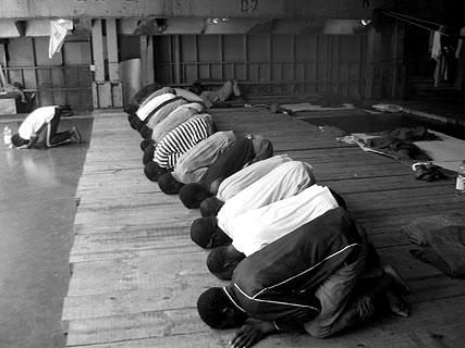 ... und Moslems, die sich zum gemeinsamen Gebet versammeln.