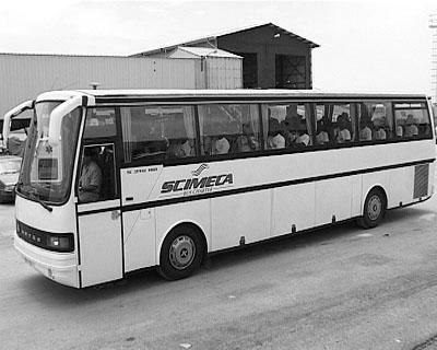 Der Bus bringt die 37 Männer in ein Lager - sie sollen abgeschoben werden.