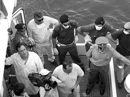 Der Hafenarzt kommt - seine Helfer tragen Gummihandschuhe und Mundschutz, als hätten wir die Pest an Bord.