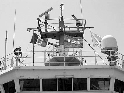 Auf der Brücke weht neben der Flagge Italiens auch die der Friedensbewegung.