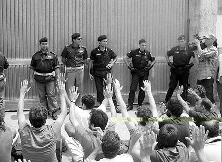 14. Juli 2004: Sitzblockade vor dem Abschiebegefängnis