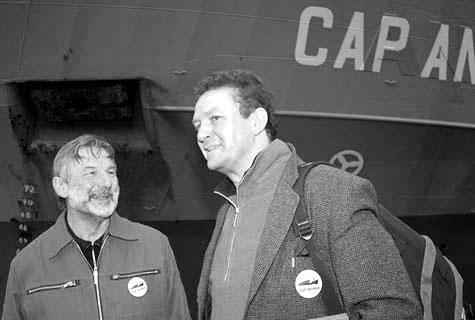 Ein Freudentag: Kapitän Stefan Schmidt und Elias Bierdel bei der Indienststellung der  neuen