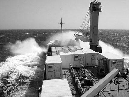 Im Sturm vor Gibraltar. An Deck das aus Containern aufgebaute Bord-Hospital.