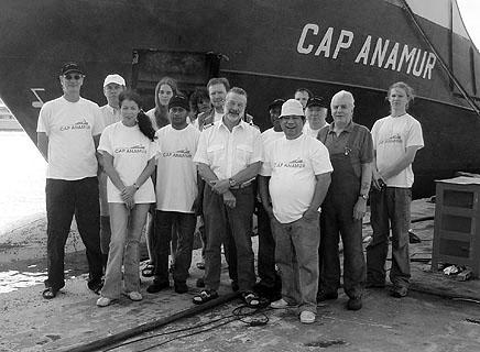 Die Besatzung der Cap Anamur in den Malta Drydocks, 18. Juni 2004.
